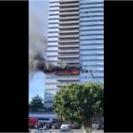 Les pompiers sauvent un homme accroché d'un immeuble en feu