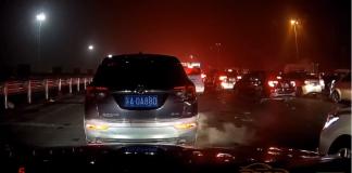 Un automobiliste n'aime pas du tout qu'un autre conducteur lui vole sa place dans les bouchons