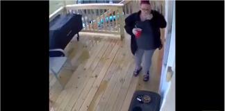 Un mari se dépêche pour venir aider sa femme qui vient de tomber dans les escaliers