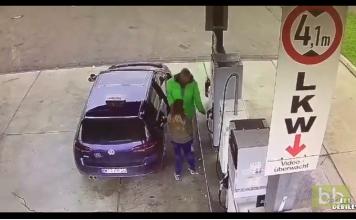 Une femme fait n'importe quoi à la pompe à essence